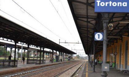 Travolta dal treno in stazione a Tortona: morta una donna