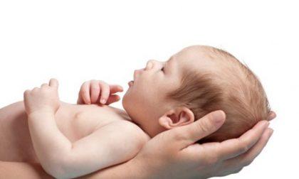 Bimbo di 7 mesi ingerisce un minuscolo oggetto, quasi trasparente