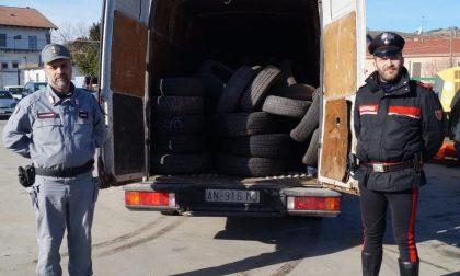 Controlli stradali a Visone, fermato furgone pieno di gomme usate