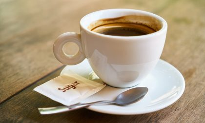 Caffè al bar con bustina di droga