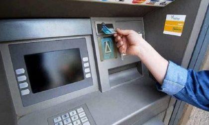 46enne prende a pugni il bancomat che non gli restituisce la tessera