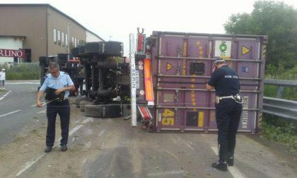 Tir carico di liquore ribaltato a Castell'Alfero: traffico bloccato