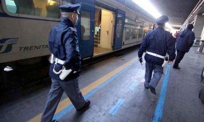Aziona il freno di emergenza del treno e poi si denuda davanti al capotreno