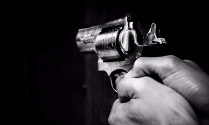Entra in un negozio, spara tre colpi di pistola al titolare poi si uccide. E' successo a Cuneo