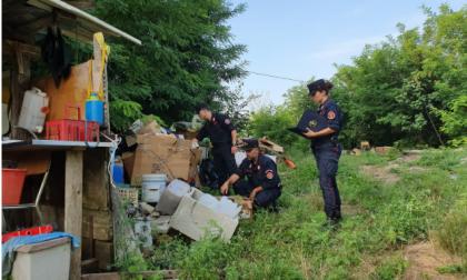 Rifiuti speciali e pericolosi, una discarica in giardino: denunciati due uomini