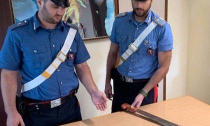 Cameri - Uomo brandisce un machete contro moglie, figlia e carabinieri: arrestato.