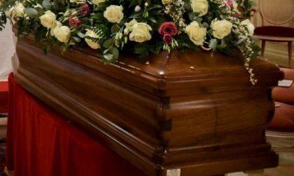 Al suo funerale non vuole la figlia e il genero, le ultime volontà nei manifesti funebri