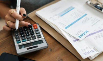 I clienti gli danno i soldi per pagare le tasse e lui se li tiene. Pronto a risarcire