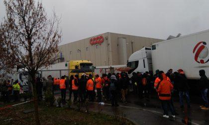 Iscritti al sindacato licenziati dal magazzino Coop: è scontro davanti ai cancelli