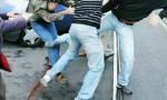 Calci, pugni e una pistola: due cittadini di Novi aggrediti da un gruppo di quattro persone