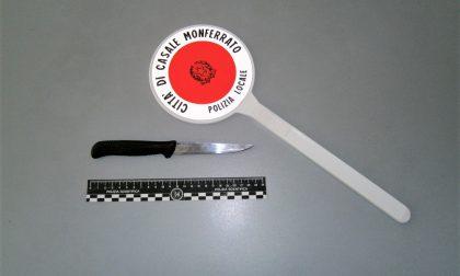 Barista minaccia ragazzini con un coltello