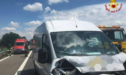 Incidente sulla A21, scontro fra furgone e camion