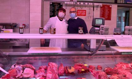"""""""Carne"""" fatta in laboratorio, Panza (Lega): barricate per difendere produttori e consumatori"""