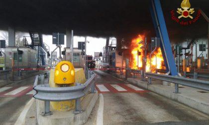 Paura al casello autostradale, furgone prende fuoco a Gropello Cairoli FOTO
