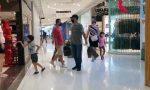 Positivi al Covid, violano l'isolamento per fare shopping: coppia denunciata