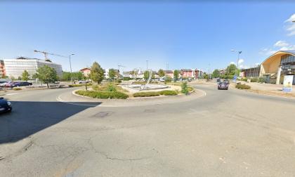 Anziano accusa un malore e si schianta con la sua auto contro un cartello stradale