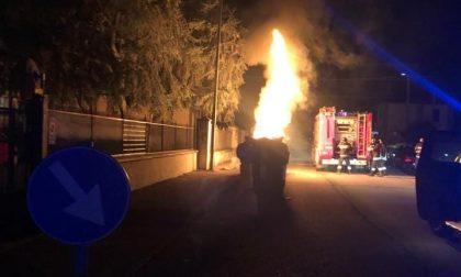 Quartiere Cristo, a fuoco cassonetti e automobili in via Viora e via Gandolfi FOTO