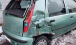 A bordo del suo mezzo agricolo urta violentemente l'auto di un 20enne
