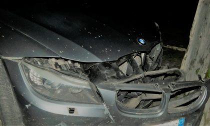 Tampona un'auto e poi fugge: incolpa la fidanzata che per scagionarlo gli dà ragione