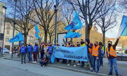 Giornata di sciopero per i dipendenti della filiera Amazon, presidio davanti alla Prefettura