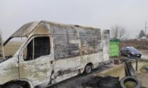 Prende fuoco il loro furgone mentre stavano riversando rifiuti in una discarica abbandonata