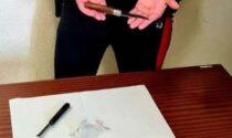 Fermato 19enne con due coltelli e una dose di hashish in auto