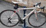 A bordo di una bicicletta di valore rubata, ne trainava un'altra: fermato un 21enne