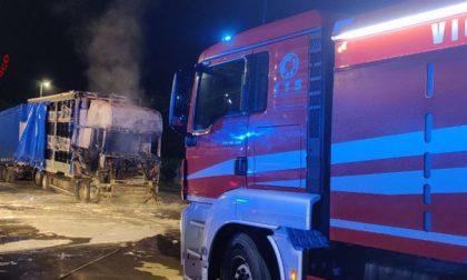 Acqui Terme, autotreno in fiamme nella notte in piazza Allende