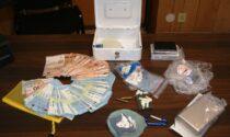 Incastrato spacciatore 43enne mentre vendeva una dose di cocaina ad suo acquirente