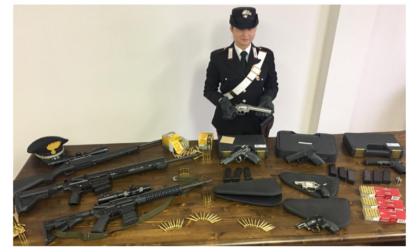 Nella sua collezione di armi ne manca una all'appello, sequestrato tutto l'armamentario