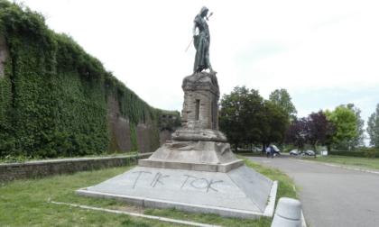 """Vandali minorenni imbrattano Monumento alla Difesa con la scritta """"Tik Tok"""""""