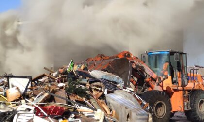 Incendio in una ditta di rifiuti a Tortona, intervento dei vigili del fuoco e dell'Arpa