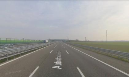 Incidente sull'A7, furgone si ribalta e perde bagagli sulla carreggiata