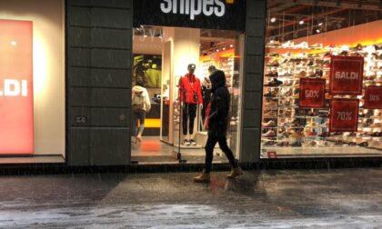 Spaccata notturna in centro Alessandria: in frantumi la vetrina di Snipes