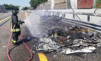 Le foto del camper a fuoco sulla A21 tra Felizzano e Asti Est