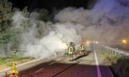 Felizzano, automobile prende fuoco mentre viaggiava lungo l'A21