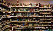 Ladri dell'alcol in azione, rubano da un supermercato 19 bottiglie di superalcolici