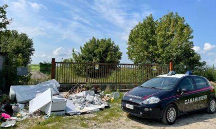 Usavano il furgone del lavoro per scaricare i mobili di casa vicino ad un'ex discarica