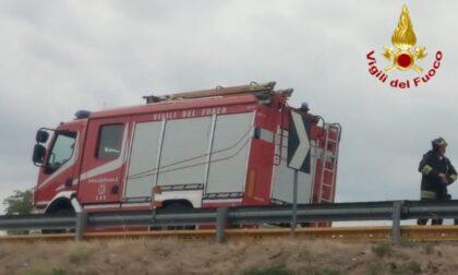 Mezzo pesante fuori strada sulla A7, conducente elitrasportato in ospedale
