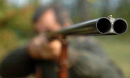 Spara al cinghiale che lo carica: cacciatore ferito, muore nella notte in ospedale