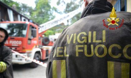 Scoppia un incendio in un'abitazione bifamiliare, in fiamme tetto e mansarda