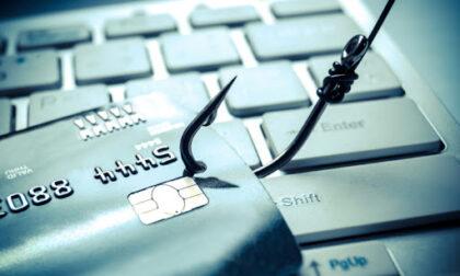 Entra abusivamente nel sistema informatico di una banca e si versa sulla Postepay 2.750 euro