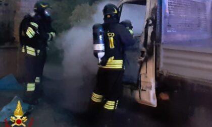 Autocarro in fiamme a Castellazzo Bormida: incendio spento in due ore di lavoro